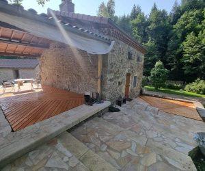 Terrasse bois et marches pierres Auvergne